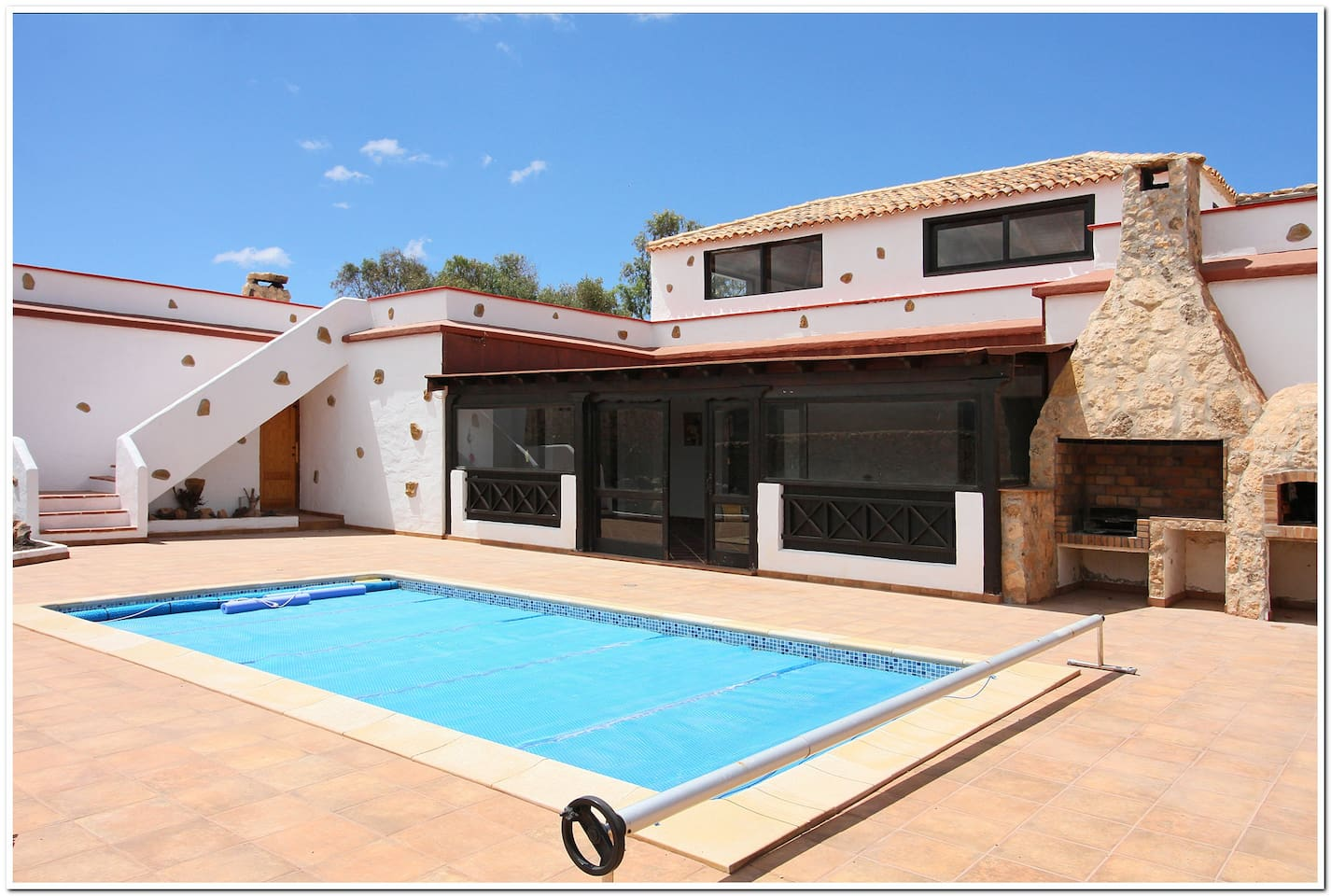 Heated swimming pool, lots of space to enjoy the sun
