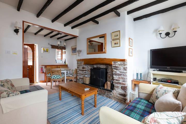 Quaint cottage w/ nearby beaches, Devon