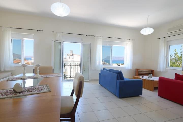 Popi Penthouse, 2 BD, 500m from the sandy beach
