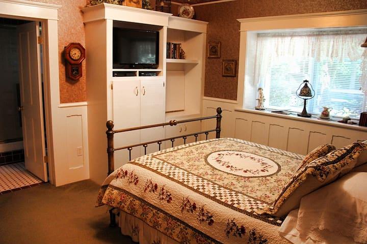 Bear's Lair Bed & Breakfast-Rose Room