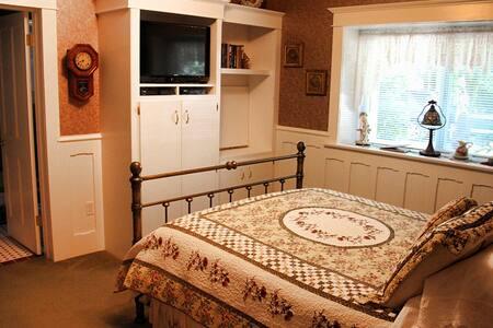 Bear's Lair Bed & Breakfast Rose Room - Gig Harbor