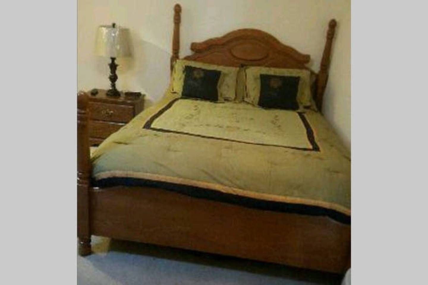 Very comfortable pillow top queen bed with beautiful clean linens.