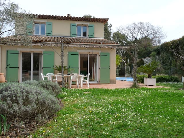 Maison avec jardin et piscine - ซิกซ์-โฟร์ส-เล-พลาเจส - บ้าน