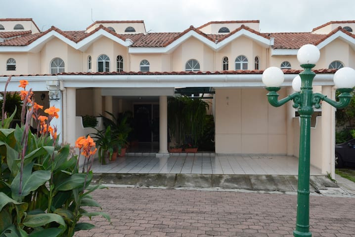 Private residential Primavera with security 24/7 - Santa Tecla - Casa