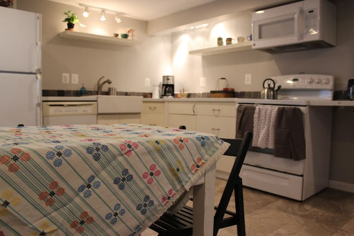 Open-plan apt. in cozy bungalow, close to DC