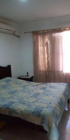 Confortable habitación, disponible cocina y sala