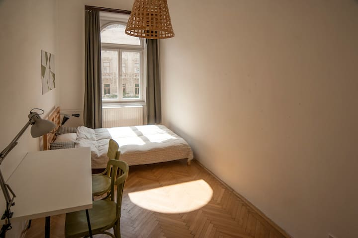 Sunny and spacious room in Blaha Lujza Square