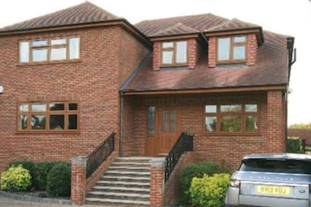 3 Private Bedrooms- Free Heathrow Transport - Wraysbury - House