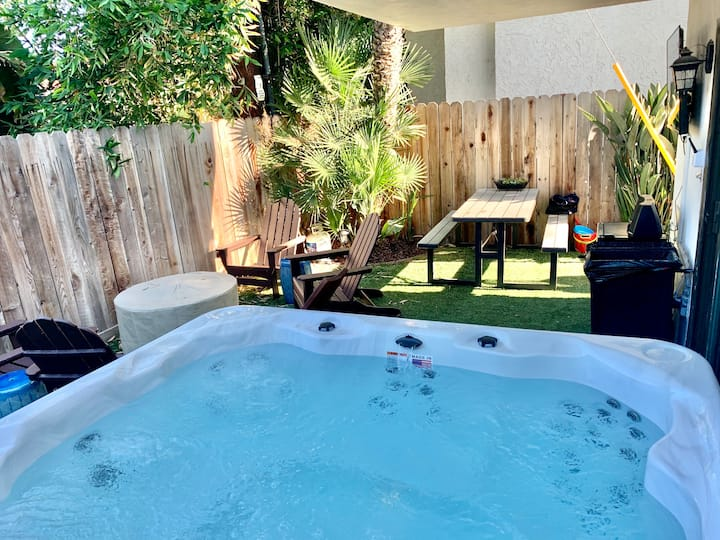 3br Private HotTub & Yard. Walk to Beach & Village