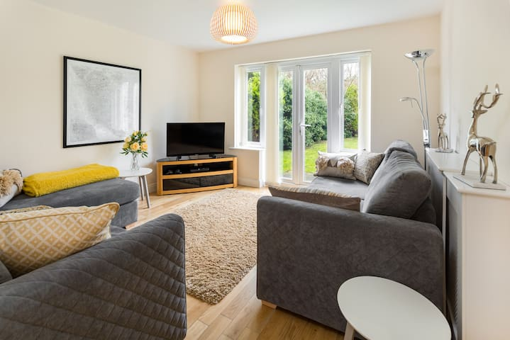 Large 4 Bedroom Detached House and enclosed garden