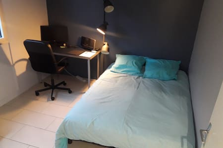 Très belle chambre équipée avec bureau.