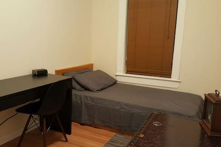 Private Bedroom + Shared House - Brooklyn