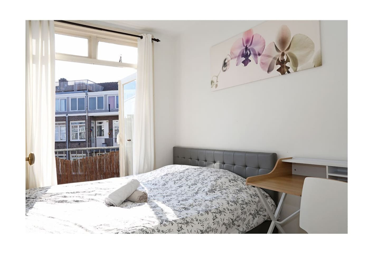 A comfortable room with everything you need to enjoy your stay in Amsterdam