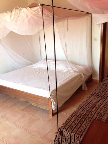 Chambre jaune dans villa à Toubab Dialaw - Toubab Dialao - Villa