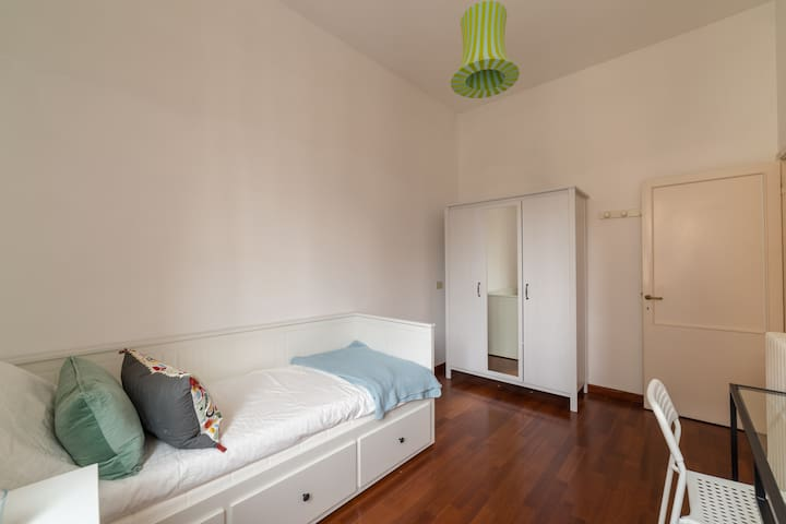 Nice and cosy single room in Via dei Della Robbia
