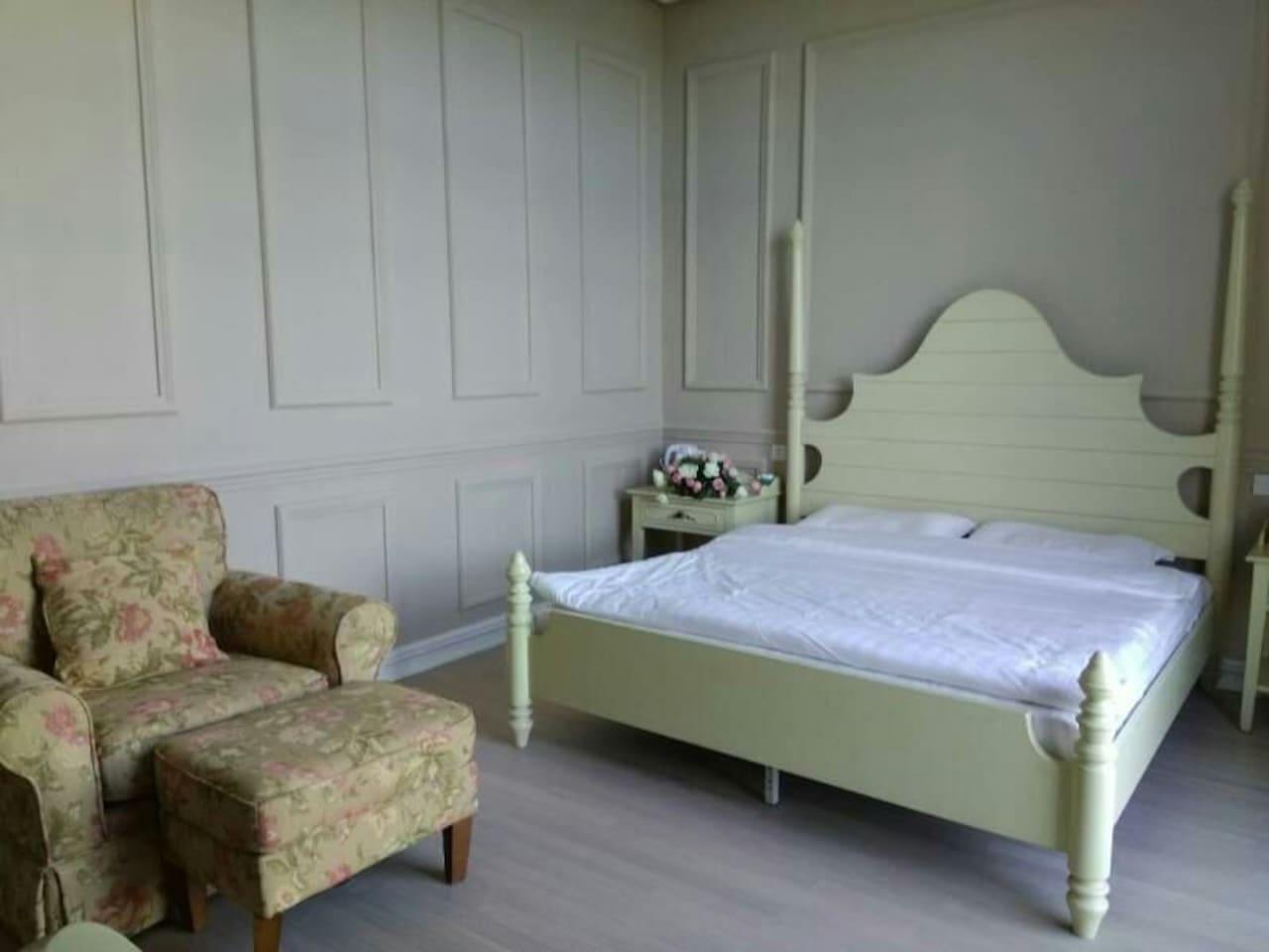 舒适温馨的大床房,还有慵懒的沙发。简单又不简约,安静中透着华丽。