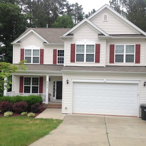 $30 Spacious, Clean, Cozy Private Bed and Bath - Durham - House