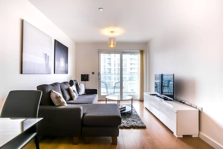 2-Bdr Luxury Apartment with Balcony by The Thames