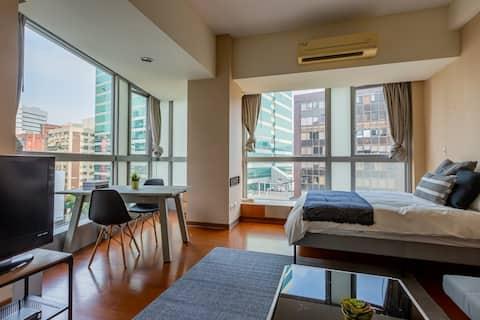 明亮單間公寓: 1張標準雙人牀、小型廚房、洗衣房