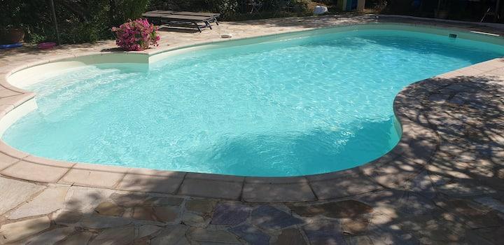 Studio dans une villa avec piscine