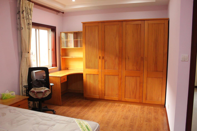 这是主卧室,充满阳光,可以在这里看书,工作。This is the main bedroom full of sunshine. You can read or work in this room.