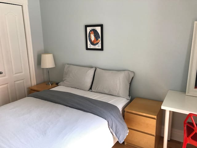 Cozy room close to subway, downtown and plateau