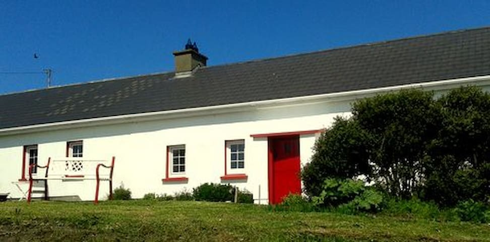 Typical Cottage Facing the Ocean - Malin Head - Bed & Breakfast