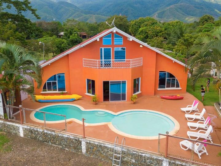 Chalet Castillo en El Estor cerca de Rio Dulce
