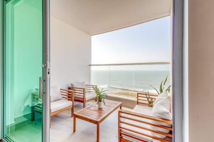 Beachfront condo walking dist to the old city
