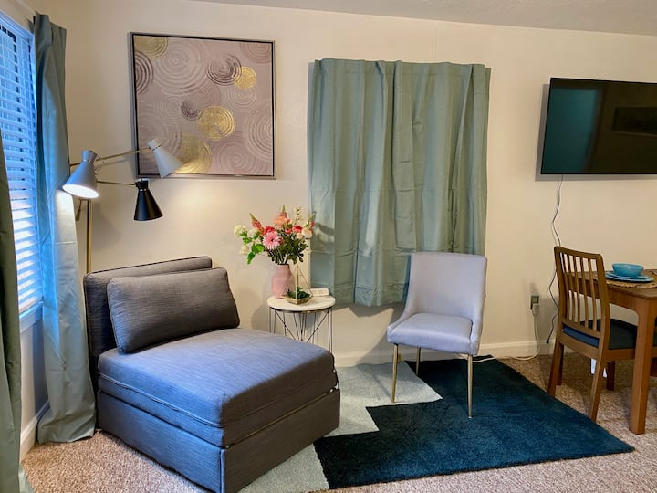 Beautiful studio with cute garden (2mile to Beach)