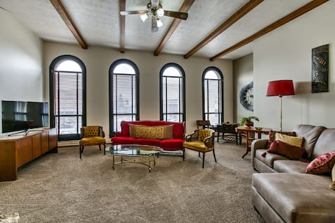 ★Clean & Spacious Loft Close to Downtown Omaha★