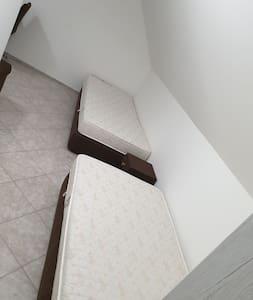 Pokoje s vlastním  kuchyňským  koutem a koupelnou.