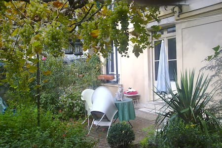 B&B in Old Paris house in a garden - Paris - Bed & Breakfast