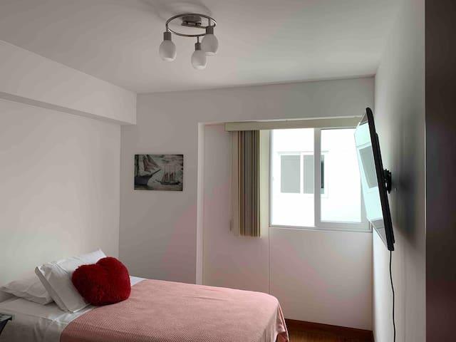 Linda habitación, a un paso de Jockey Plaza.