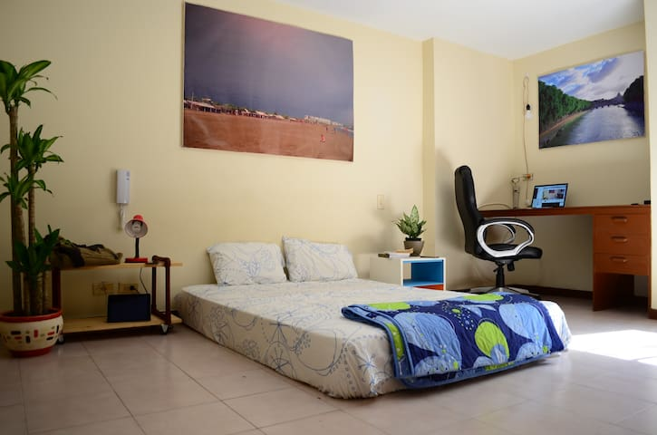Room with private bathroom, desk and wardrobe. - Cali - Wohnung