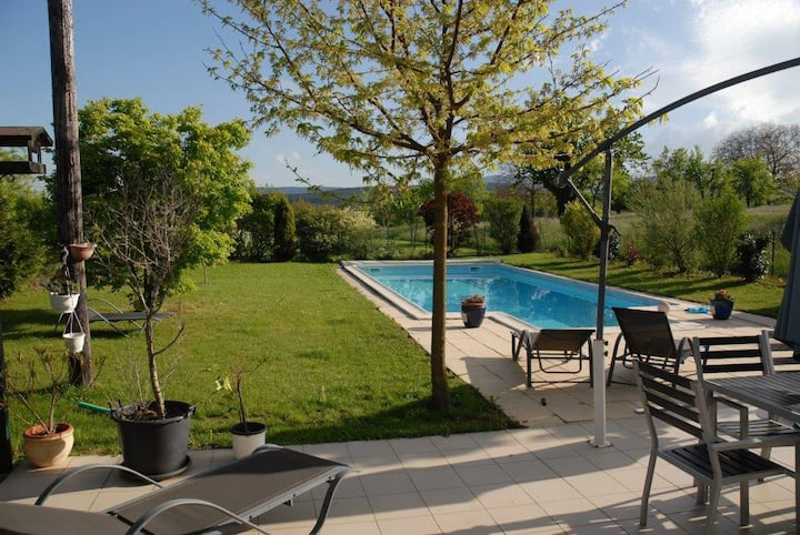 piscine + appartement , belle region