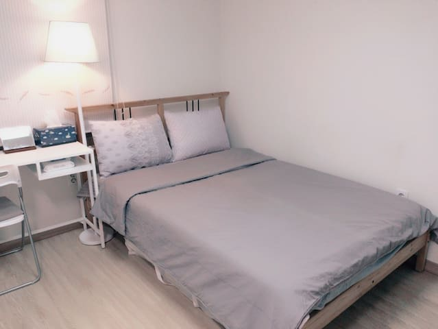 Cozy Lovely Room near Hongdae, Yeouido:)