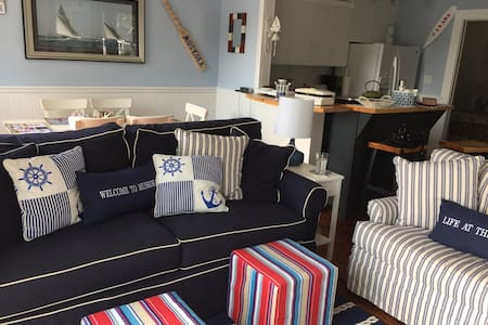 Cozy Nautical quaint retreat downtown Port Carling