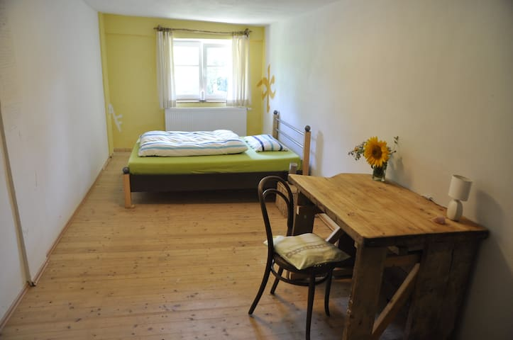 Holzoptik Zimmer in Südlage