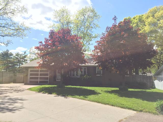 Abbe Hill (4 bed 1 bath) - Downstairs Apt Bed 2 - Eau Claire - Casa