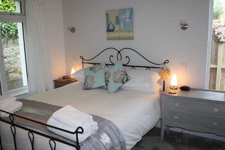 Standard king size en-suite bedroom - Bed & Breakfast