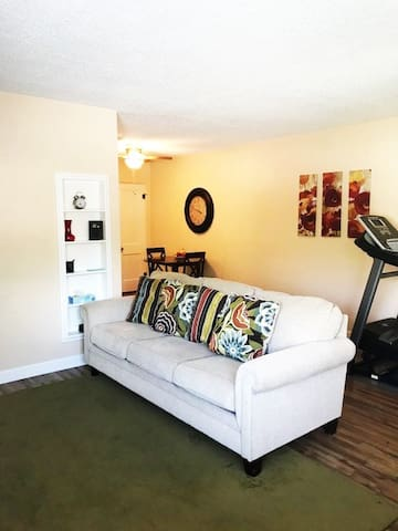 Quiet Flat close to all that Carlsbad has to offer