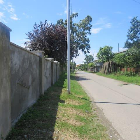 улица слева от дома