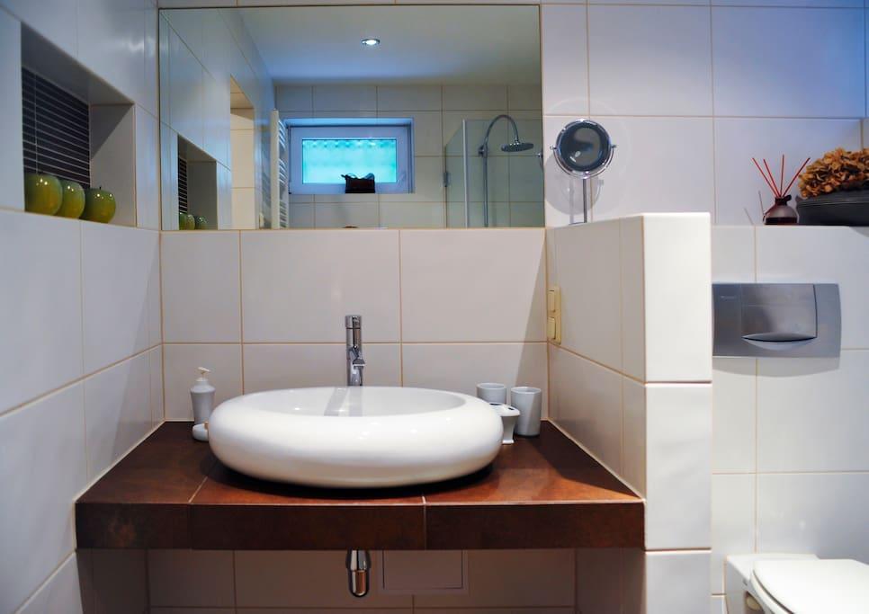 Modernes Bad mit Fußbodenheizung