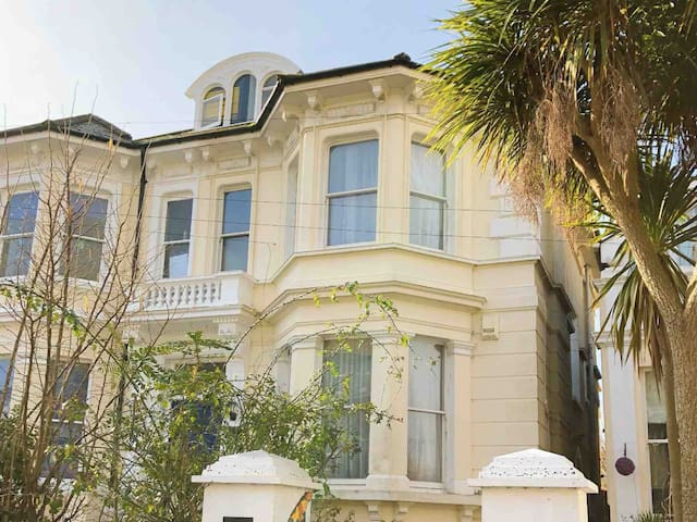 Victorian villa top floor suite near station&beach
