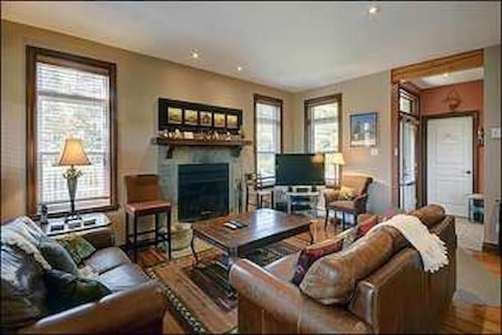 10 min drive to Tremblant Pedestrian Village/Slopes, 5BR on Golf Course (215684)