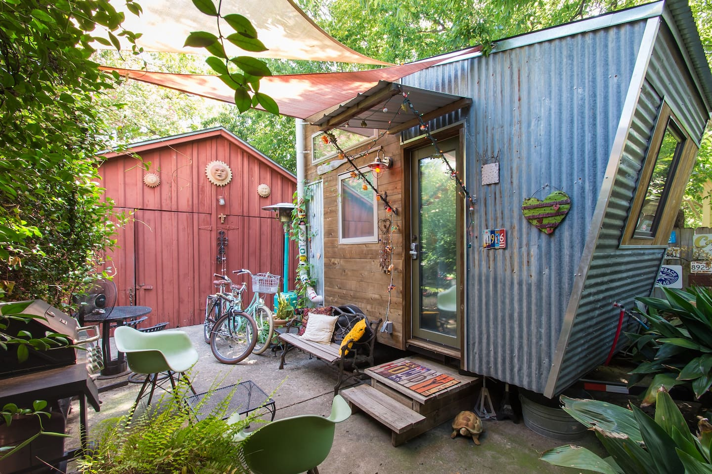 Hip and funky in a good way!  Enjoy the comforts of home in this adorable Tiny Pad.  So close to downtown... only $5 Uber to almost anywhere you want to go. Take the bikes for a spin or a workout.. your choice!