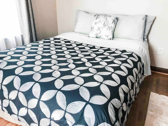 Spacious bedroom w/ Queen bed - Close to Downtown