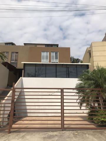 Habitación con baño privado, a/c, WIFI y Cable