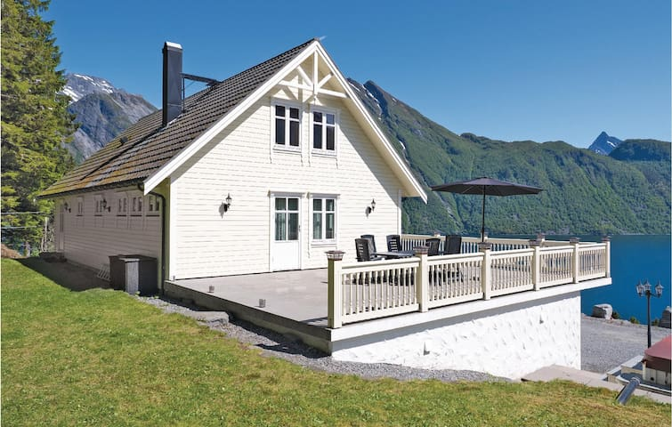 Holiday cottage with 4 bedrooms on 200m² in Sæbø